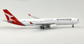 "Starboard View Gemini Jets GJQFA1625 - 1/400 Scale Airbus A330-300 Diecast Model Airliner. Named"" Port Stephens"", VH-QPJ, Qantas Airways, Silver Roo livery (2016)."