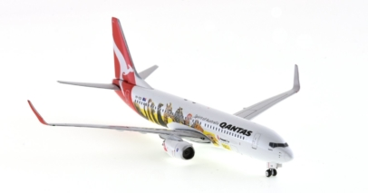 """Front Starboard View Phoenix Models PH4QFA791 (10654) - 1/400 Scale Boeing 737-800NG Diecast Model Aircraft. VH-VZD, named """"City of Geelong"""", Qantas."""